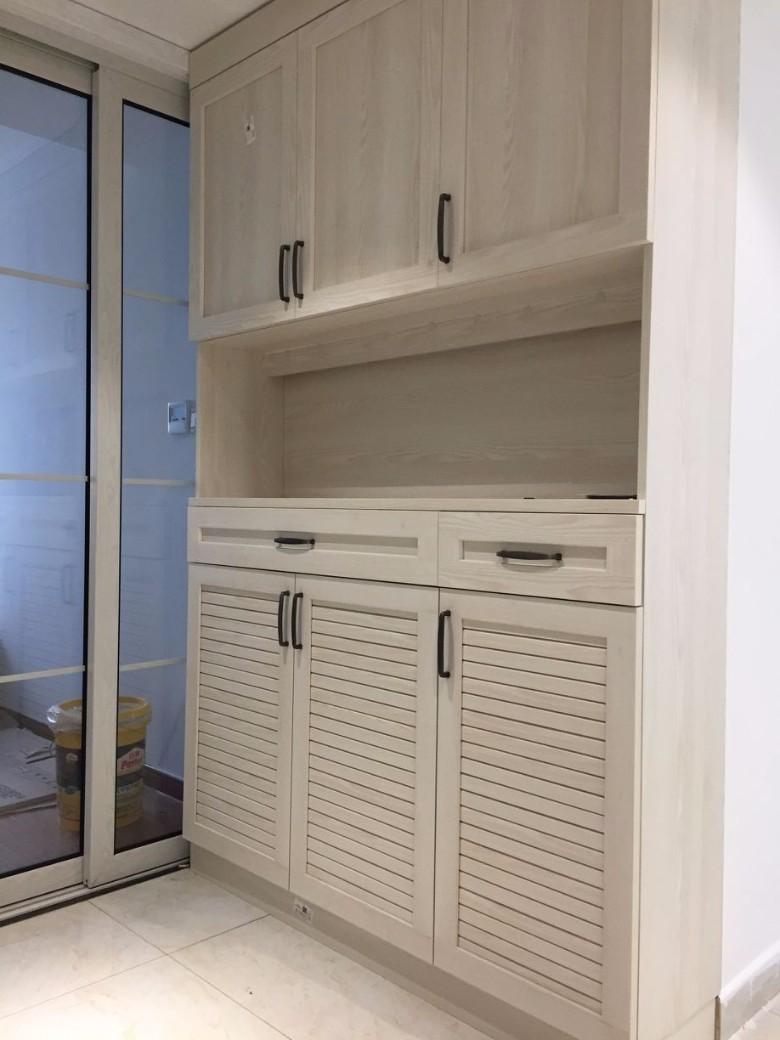 这个就是进门衣帽柜对着的鞋柜,家里的柜子还是比较多的
