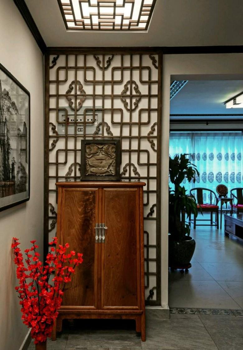 电视墙隐形门,搭配木质线条,顶面镂空的木质雕花,罗汉床及圈椅,使中式