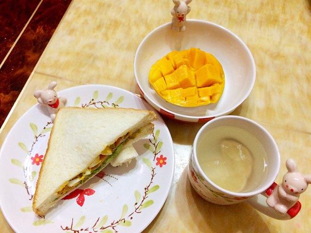 十分钟早餐—牛油果鸡蛋三明治
