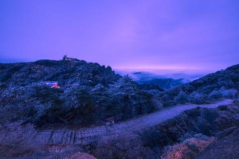 黄山等雪未遇