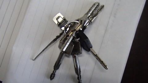 本人昨天晚上在千灯明都大酒店旁丢失一串钥匙,如果哪位朋友捡到了,请与我联系,谢谢!