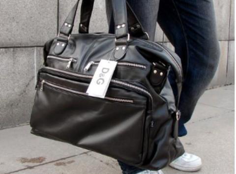 昨下午公交站台丢失手提包,急盼找回!谢谢!