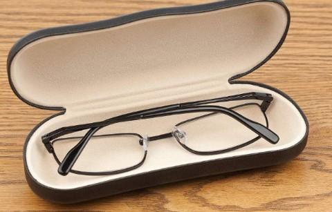 寻眼镜,近视太阳眼装在黑白格的眼镜盒
