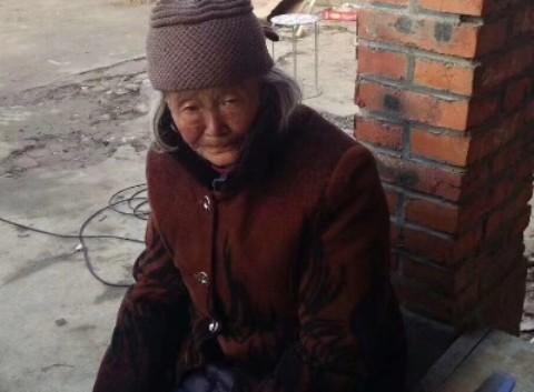图中女性是我朋友奶奶,中午十一点多在点击进入蓬朗蓬曦园A1区走丢,请蓬朗的朋友帮忙留意,看到了请帮忙留住