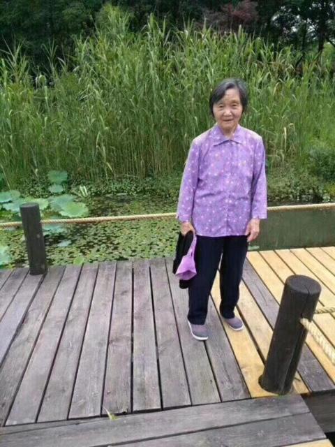 朱云花,76岁,有轻微老人痴呆,上身穿红色花衬衣,下身穿白色花裤子,由27日中午走失到现在未归,最新