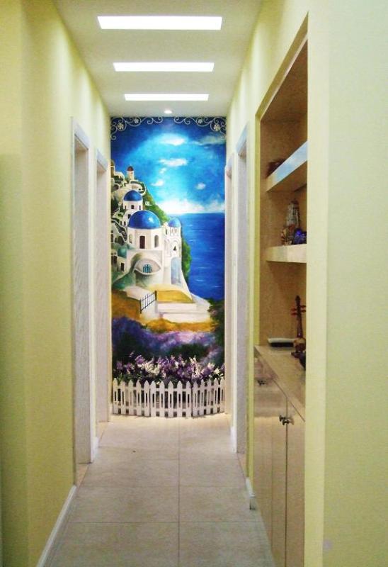 经过壁画创作,灯光处理,壁橱制作,整个狭长的走廊有了新的面貌.