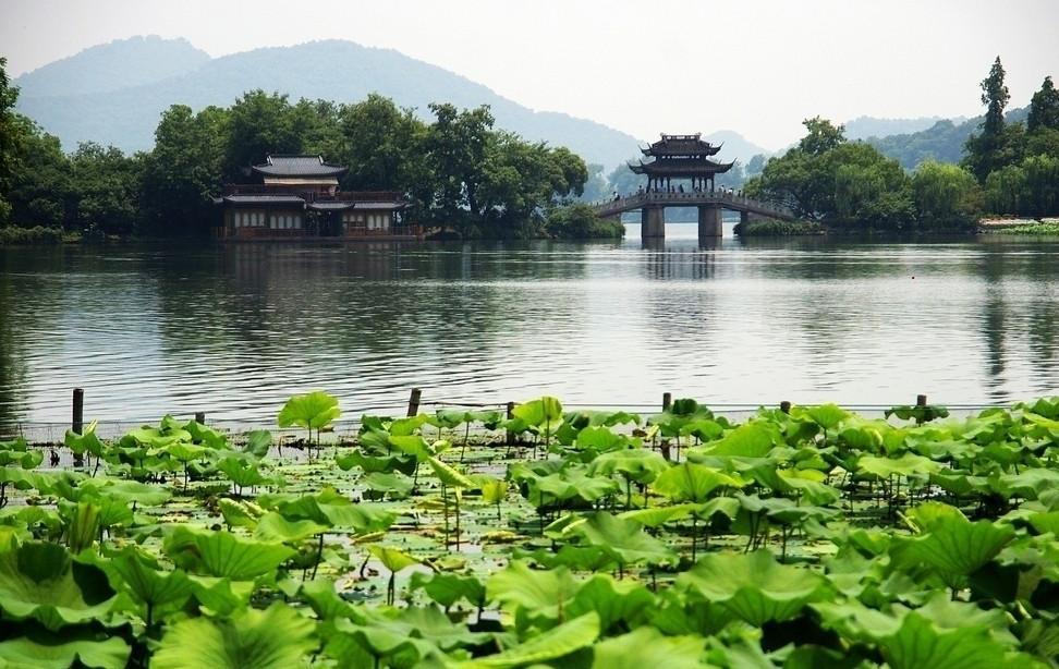 我的建议是骑自行车,最经济环保,最体现博爱人类精神,在富裕的杭州