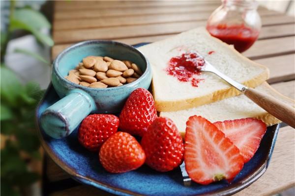 自己制作一瓶酸甜可口的草莓酱