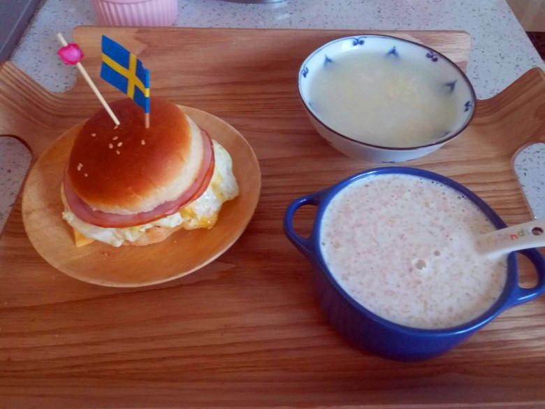 早餐--自制汉堡+牛奶麦片+黄米粥