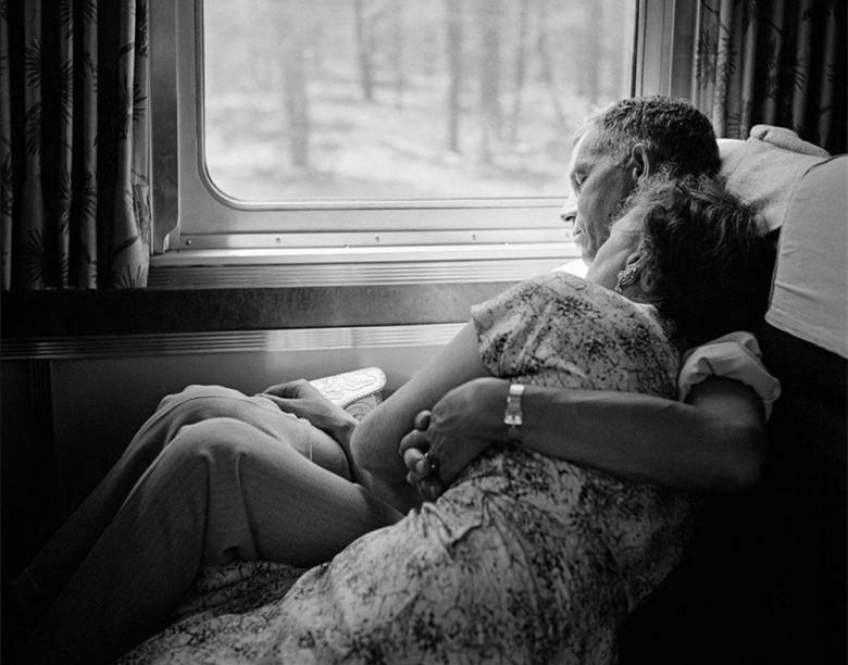 旅途相拥小睡的老夫妻