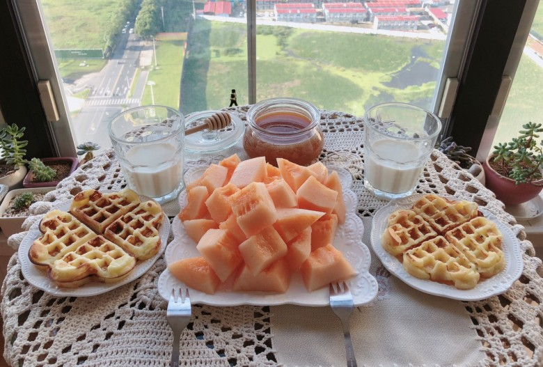 蜂蜜华夫饼早餐。