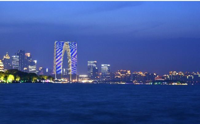 夜幕下的金鸡湖畔 - 苏州东方之门