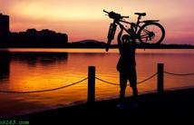 夕陽里的騎行者