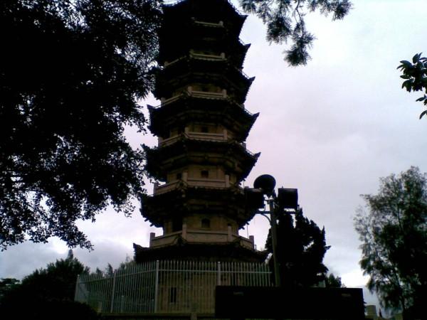园内的三峰塔为中国名塔之一,塔身八角七层,仿楼阁建筑,石构,高27.