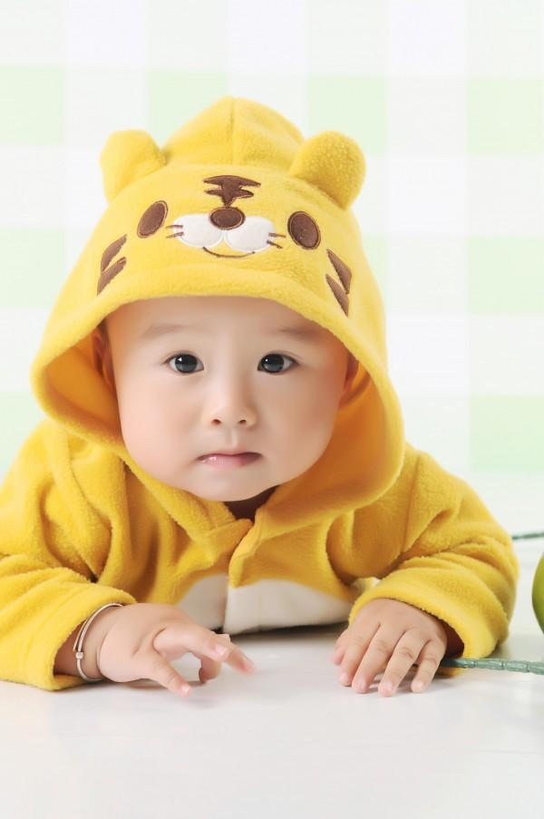 求漂亮小宝宝的图片,可以当电脑桌面的