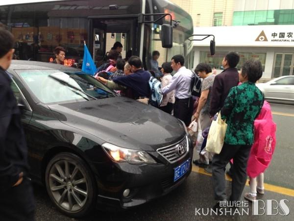 公交乘客纷纷绕过轿车去上公交-BS不文明的驾车行为,曝光将公交车高清图片