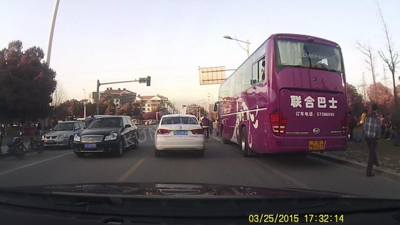 在中华园路和泰山路口,中华园派出所斜对面违停大巴车