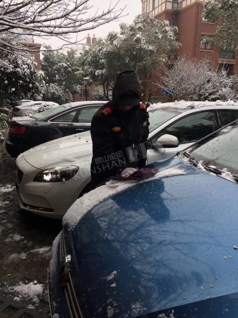 雪中的风景…昆山风景英伦小区物业保安小哥,感谢你们