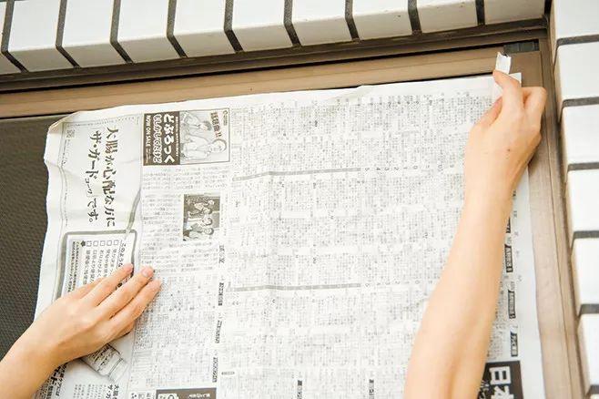 1)报纸贴在纱窗外侧,再用透明胶带固定.